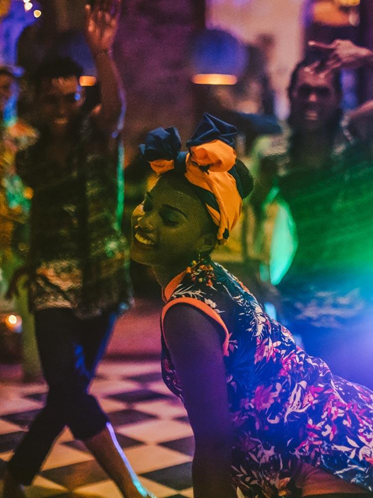 Hermosa chica bailando en el Amarla Boutique Hotel en Cartagena