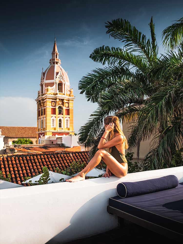 Mujer admirando la vista desde la azotea del Amarla Boutique Hotel en Cartagena