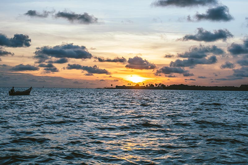 Hermosa vista del pescador en su barco viendo atardeceres en Cartagena Colombia