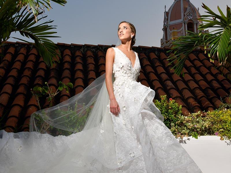 La hermosa novia en la azotea del Hotel Amarla en su día de bodas en Cartagena