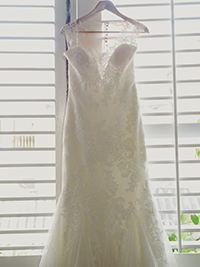 Vestido de novia al vapor y colgado, esperando a la novia Cartagenera