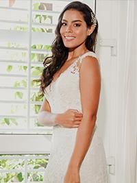 Impresionante novia en vestido de boda blanco junto a la ventana de Amarla Boutique Hotel
