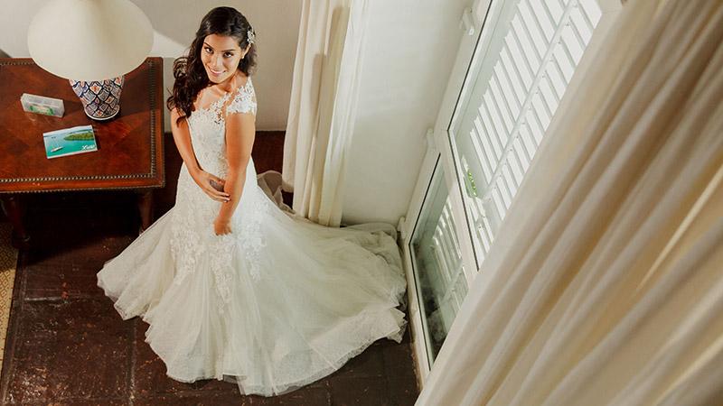 Novia fotografiada desde arriba, en su habitación del Hotel Amarla en Cartagena Colombia