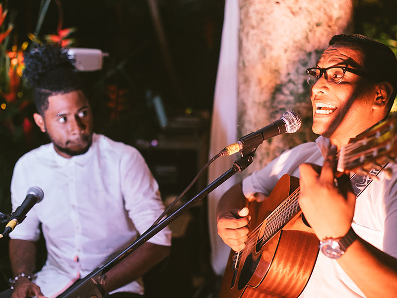 Two musicians, one with guitar, entertain guests at the Amarla, one of the coolest Cartagena wedding venues
