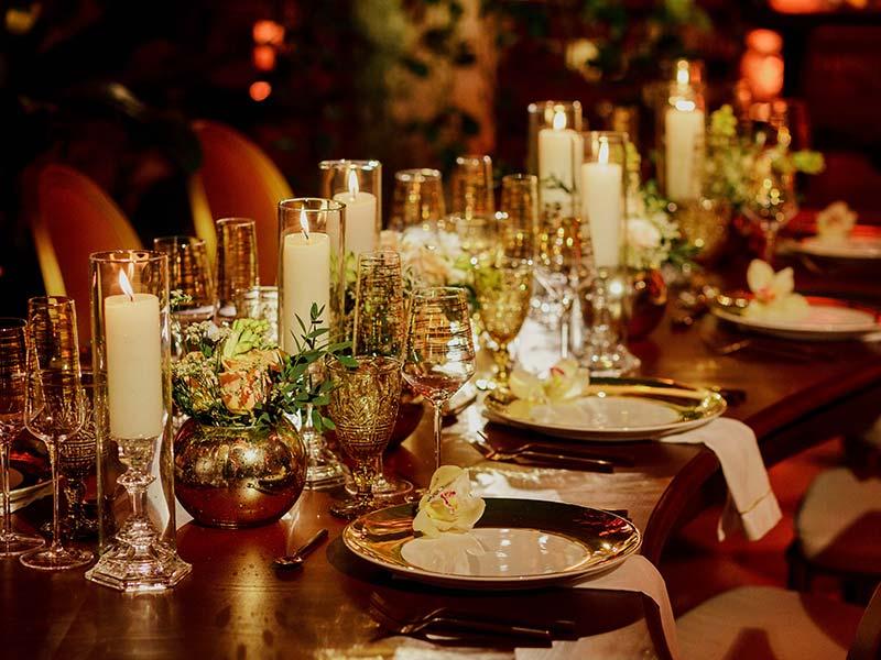 Mesa exquisitamente decorada para la cena de bodas en Boutique Hotel Amarla, parte fundamental de los paquetes de Bodas en Cartagena
